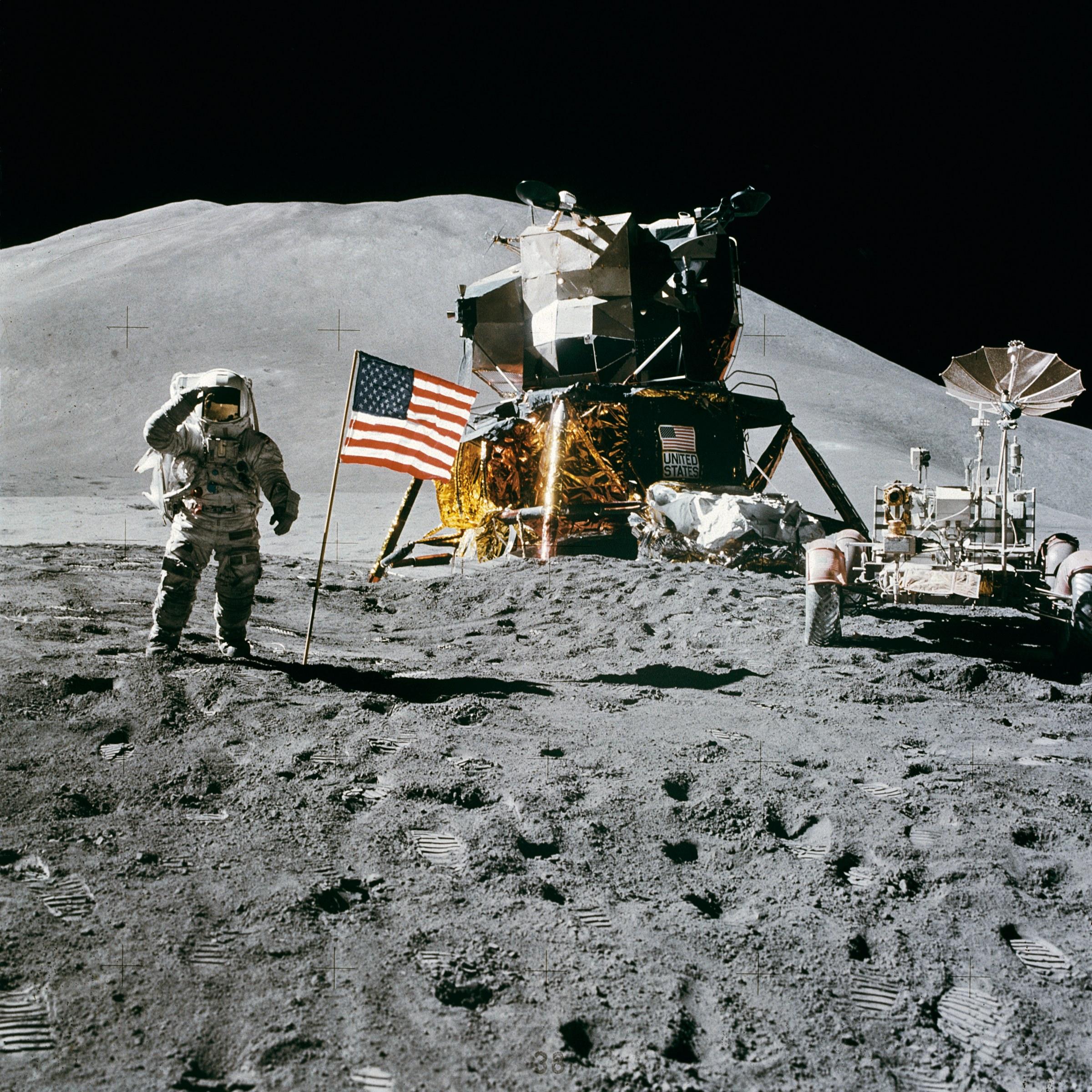Apollo_15_flag,_rover,_LM,_Irwin