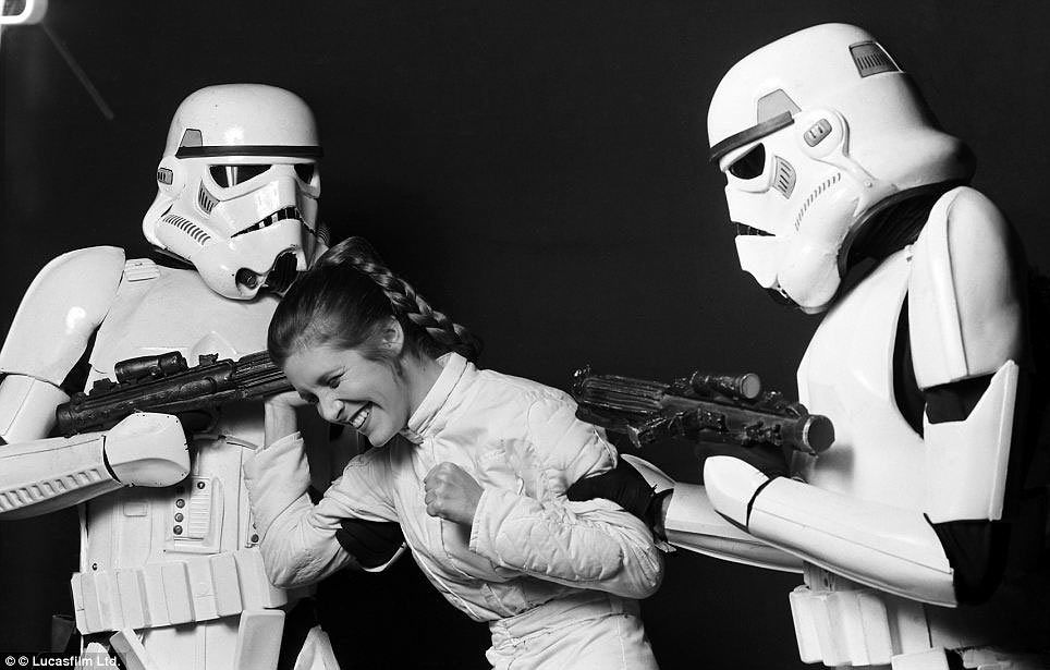 carrie-fisher-star-wars-stormtroopers-these-behind-the-scenes-star-wars-pictures-are-perfect-jpeg-177815