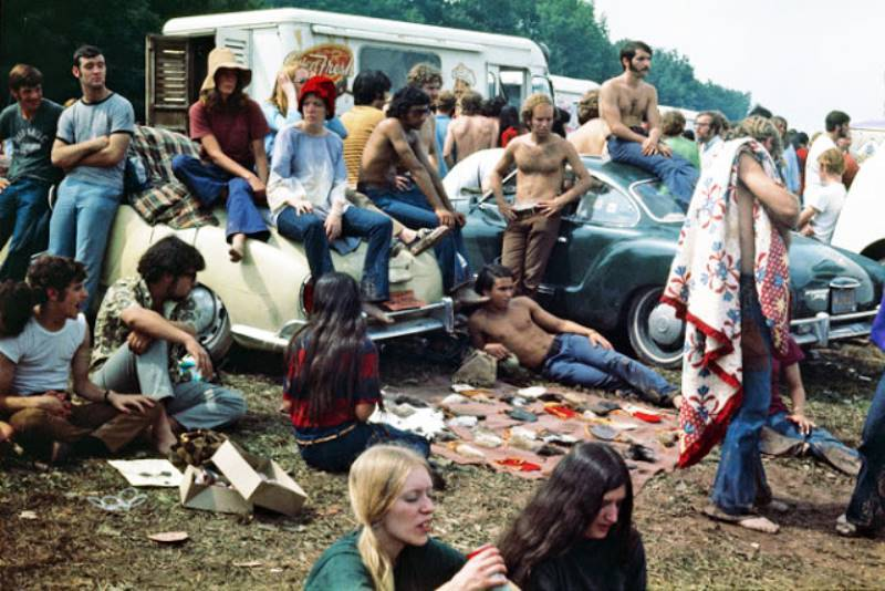 woodstock-gallery-crowd-hangning-out-around-cars