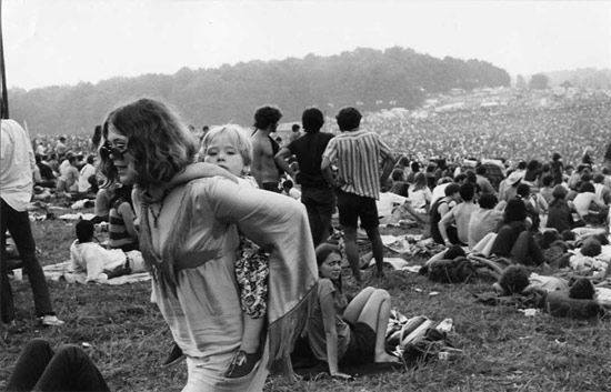 woodstock-gallery-crowd-with-kid-on-womans-shoulders