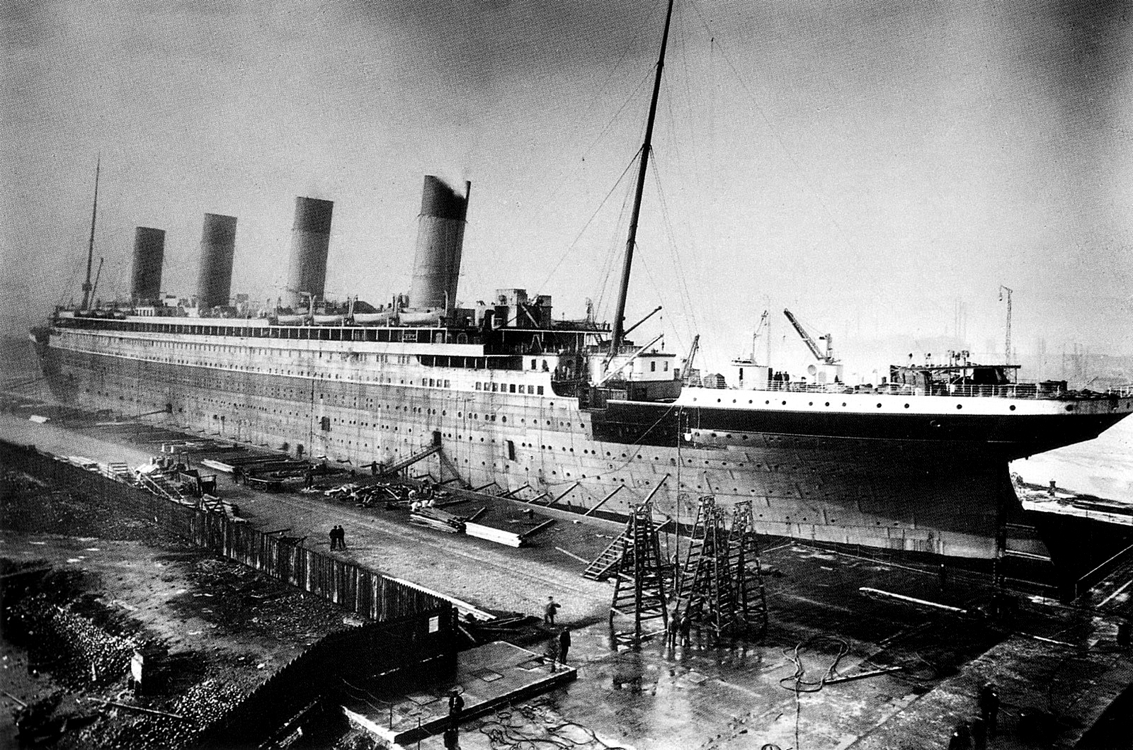 Titanic_under_construction