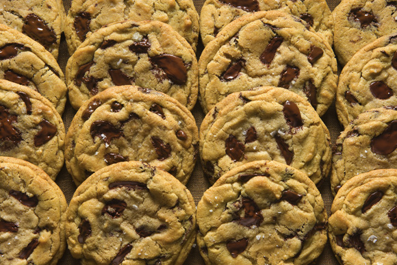 (NYT6) UNDATED -- July 8, 2008 -- CHOCOLATE-CHIP-COOKIES-2 -- Chocolate chip cookies. A sprinkling of sea salt just before baking adds a distinctive dimension to chocolate chip cookies. (Francesco Tonelli for The New York Times)