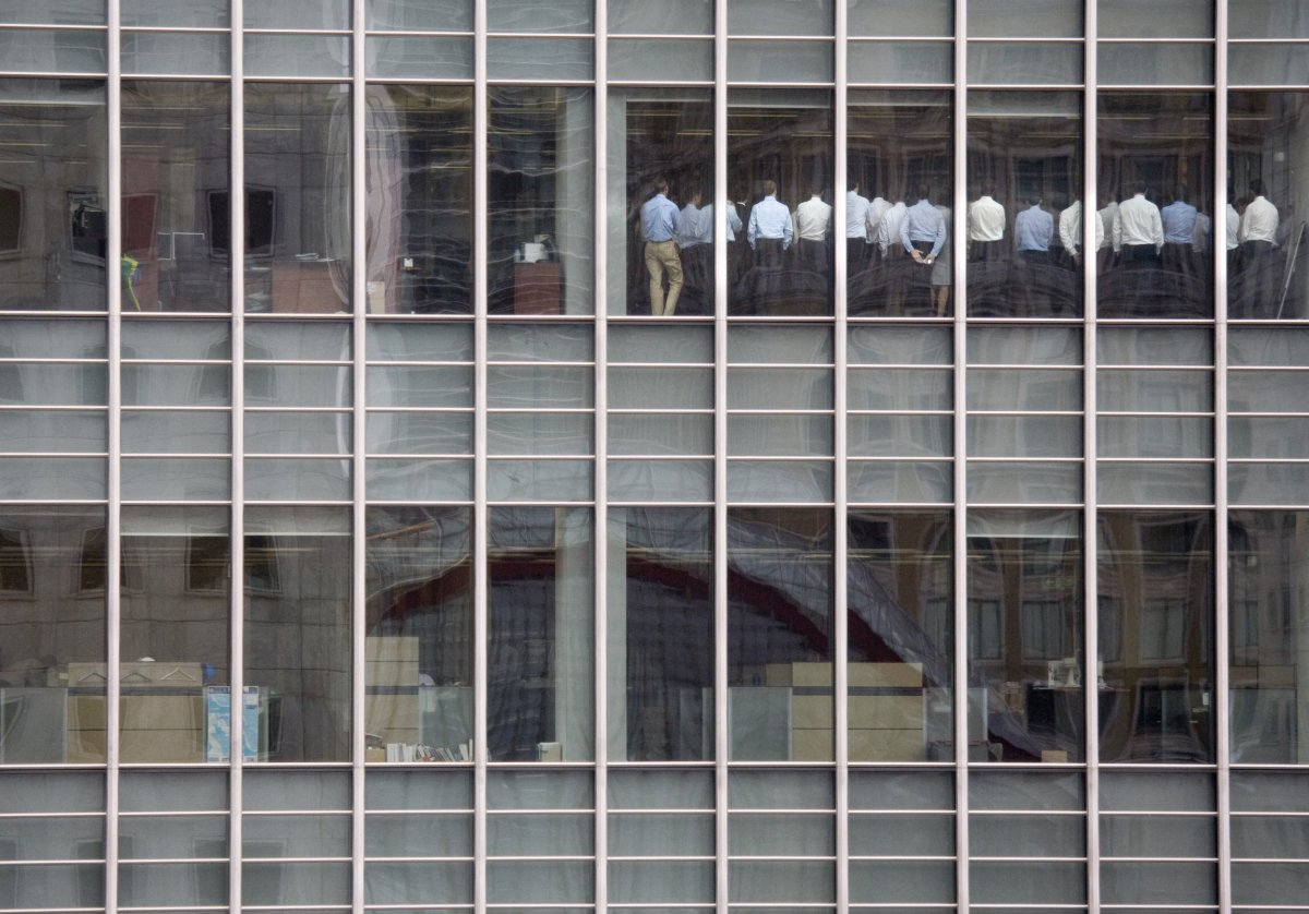 staff-members-stand-in-a-meeting-room-at-lehman-brothers-offices-in-the-financial-district-of-canary-wharf-in-london-in-september-2008-during-the-stock-market-crash-and-financial-crisis