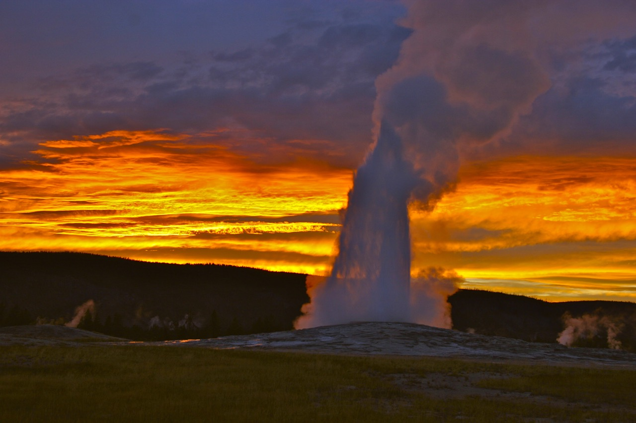 Sunset at Old Faithful Photo: outdoor-society