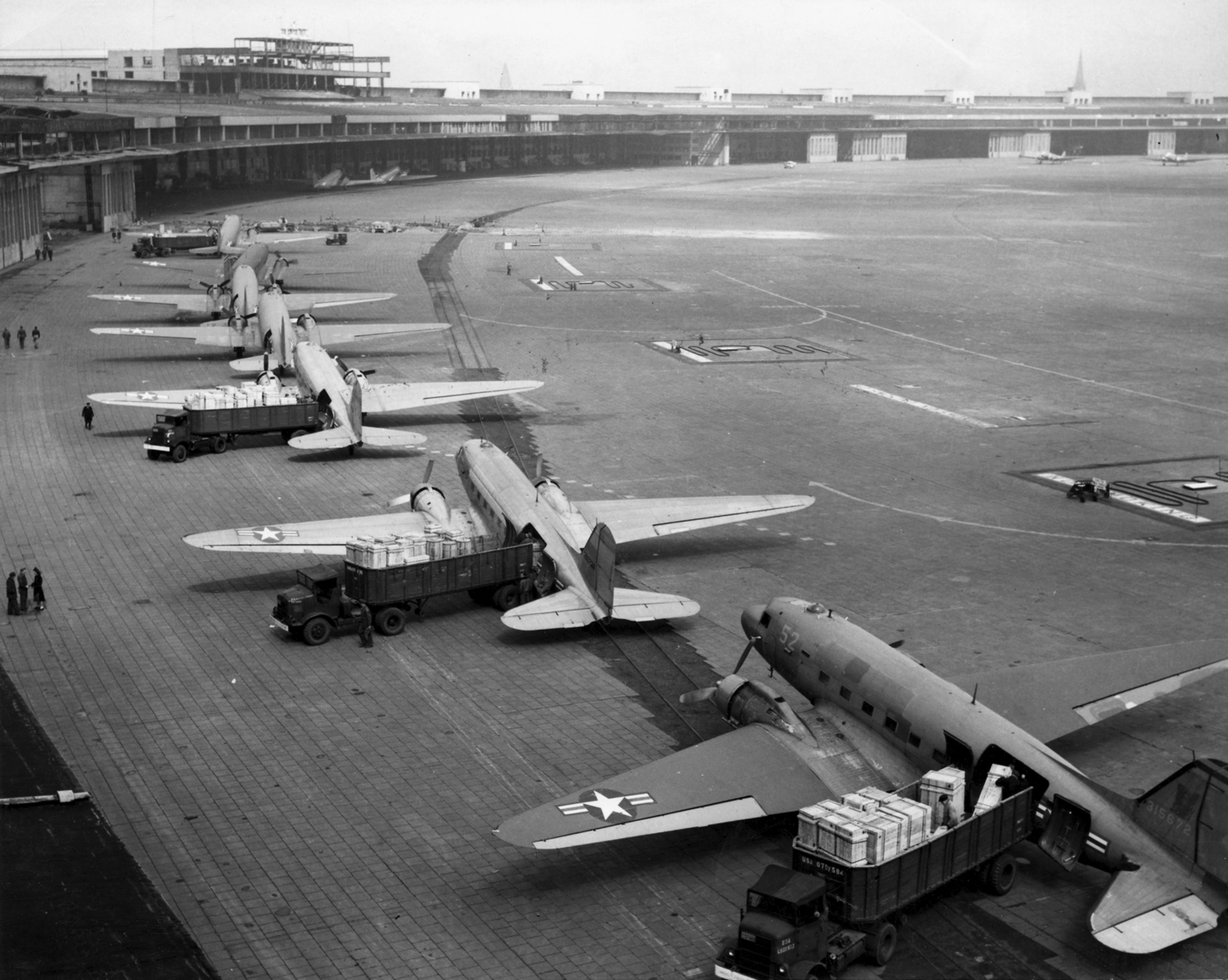 Planes being unloaded at the Tempelhof airport in Berlin  Photo: wiki