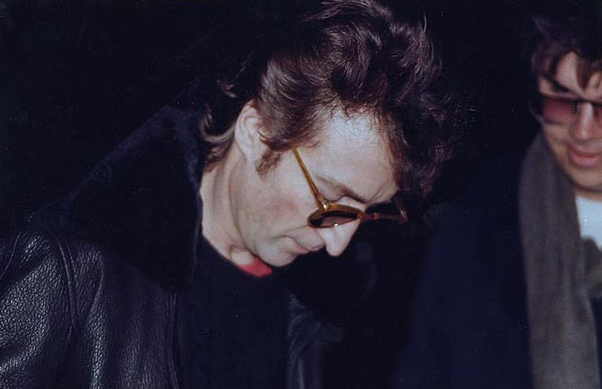 Lennon giving Chapman an autograph just hours before the shooting Photo: wiki