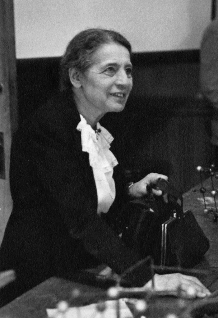 800px-lise_meitner_1878-1968_lecturing_at_catholic_university_washington_d-c-_1946