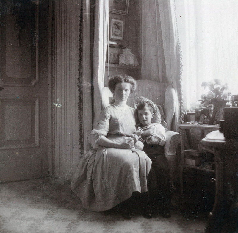 Olga and her little brother Alexei in 1910. Source: wikipedia.org