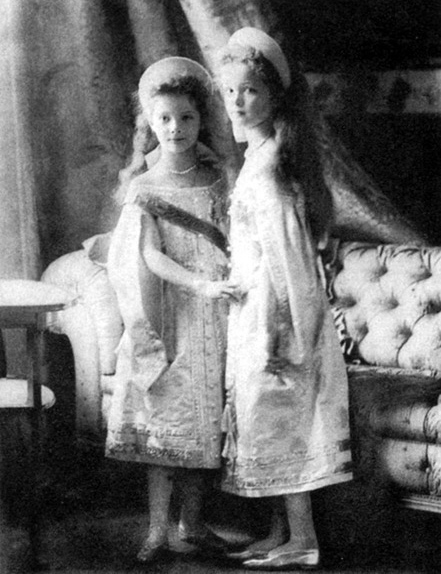 Grand Duchesses Olga and Tatiana in 1904 dressed in court dress. Source: wikipedia.org